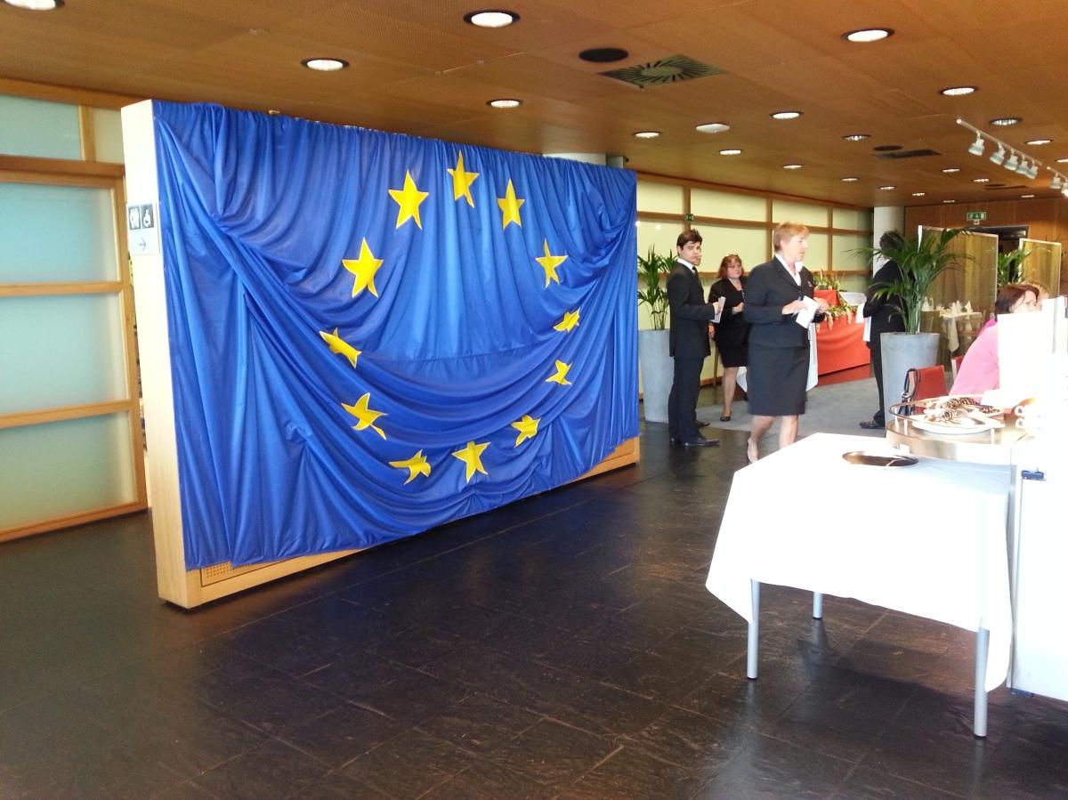 La cantine du Parlement européen : douze étoiles sur fond bleu